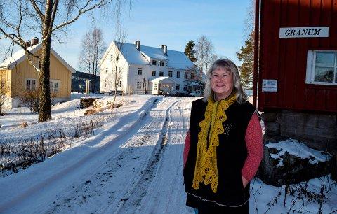 Søndag gjenåpnes Granum Pensjonat i Fluberg etter å ha vært stengt i 42 år. - Alle som har lyst til å besøke oss er velkommen til gards, sier Marianne Konow, som har restaurert pensjonatet sammen med sin mann Lars Harald Weydahl.