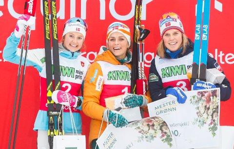 Ingvild Flugstad Østberg, Therese Johaug og Kari Øyre Slind på pallen etter kvinnenes 10 km klassisk individuell start på Beitostølen fredag, under åpningen av langrennssesongen 2018/19.