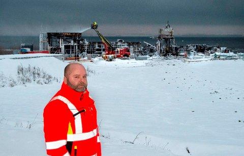 TRIST SYN: Driftsoperatør Asgeir Amlien konstaterer at arbeidsplassen hans - Skreia avløpsrenseanlegg - er totalt ødelagt etter brannen.  Inntil midlertidige tiltak er på plass i januar renner 1,2 millioner liter kloakkvann urenset ut i Mjøsa hvert døgn.