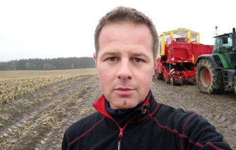 FÅR SVI: – Det kom mye snø i mai da vi egentlig skulle drevet med våronn. Det førte til at potetene kom en måned senere i jorda enn normalt. Det får vi svi for nå, sier Trond Huuse på Lena i Østre Toten.