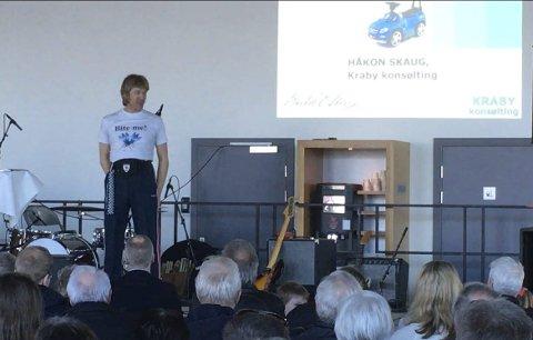 Snakketøys: Håkon Skaug (Paul Håvard Østby) kom til butikken med et morsomt bilforedrag i bagasjen. FOTO: TILSENDT