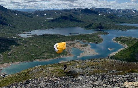 MYE VIND: Her er mannen i ferd med å ta av med paraglideren i turen som endte med nødlanding på Synshorn i Vang i Valdres onsdag ettermiddag.