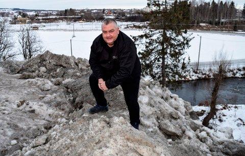 - SVINERI: - Det er masse søppel og svineri i dette snødeponiet ved Lenaelva. Bare siden nyttår har fem innbyggere henvendt seg til meg om saken, sier Geir Fauchald.
