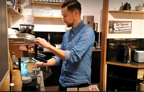 POSITIV: Barista og kaffebar-eier Daniel Vilnes Hilsen er positiv til fremtiden på CC Gjøvik.