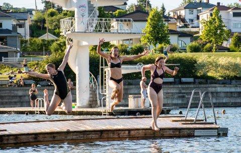 PÅ FASTLAND: Fra venstre Benedicte Johanne Ridder-Saar (15), Magda Calka (15) og Rebecca Mathilde Ridder-Saar (15).