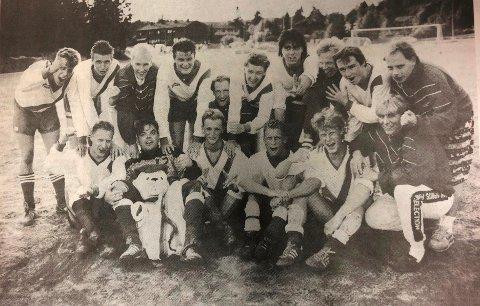 Ser du noen kjente fjes her på lagbildet til Siggerud på begynnelsen av 90-tallet? Tungvekterne er representert. Magnus foran med en bamse i fanget, mens Knut er bakerst med den mørke hockeysveisen.