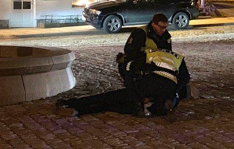 I BAKKEN: En person ble lagt i bakken av politiet og påført håndjern i forbindelse med bråket på torget.