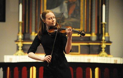 REBECCA ISAKSEN var en av dem som fylte kirkerommet med vakker musikk. Rebecca er første års elev ved musikklinja, men allerede et kjent ansikt på Larviks scener. Onsdag kveld fikk hun selskap av mange unge talenter i Larvik kirke.
