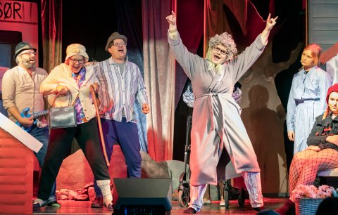 De gamle kjeder seg og gjør opprør på aldershjemmet i Nesjar teaterforenings revy, Alice i Brunlanes.