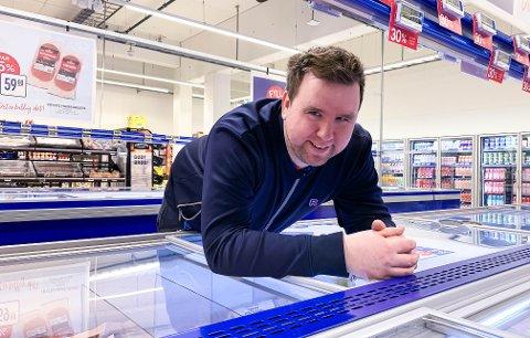 OVERTAR: Alexander Thomassen tar straks over som kjøpmann i Rema-butikken i Olavsgate. Han gleder seg til å bli kjent med kundene i Larvik.
