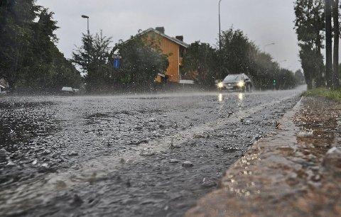 BØTTER NED: Ta på regnjakke og støvler er anbefalingen fra Meteorologisk Institutt.