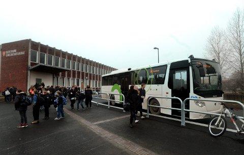 IKKE PLASS TIL ALLE: Det må settes opp flere skolebusser dersom det skal være plass til alle som har krav på skoleskyss. På grunn av smittevern må bussene kjøre med halv kapasitet. Her fra en vanlig skoledag på Elverum ungdomsskole.