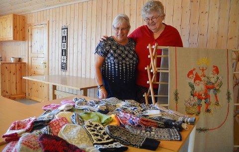 HÅNDARBEID: Synnøve Gihlemoen (til venstre) og Anne Berit Ommundsen viser fram noen av varene som er klare til julemessa i Klokkergarden 18.-20. november.