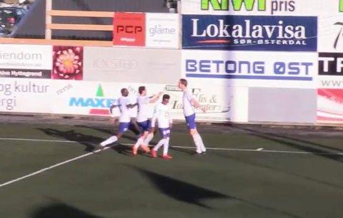 JUBEL: Midtstopper Mathias Laudahl gratuleres etter å ha satt inn 1-0 for Nybergsund.