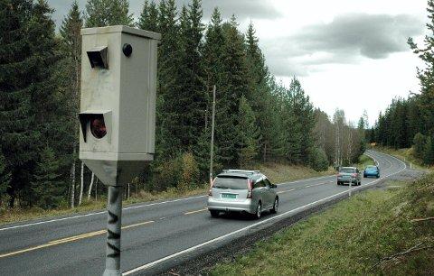 Fotoboksene på Øksna i Elverum har i mange år stått for flere millioner kroner til statskassa. I 2020 kjører folk fortsatt på strekningen.