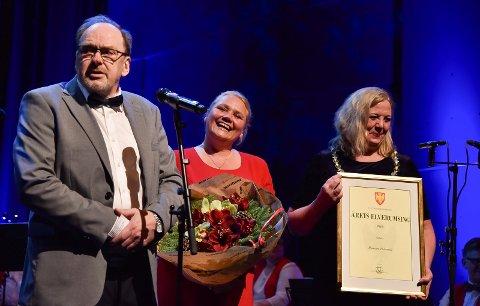 STAS: Kultursjef Line M. Rustad (i midten) legger ikke skjul på at det er stas å få være med på å sette pris på kommunens innbyggere. Her er det Bjørnar Pedersen som ble tildelt prisen som Årets elverumsing i desember i fjor. Til høyre ser vi ordfører Lillian Skjærvik.
