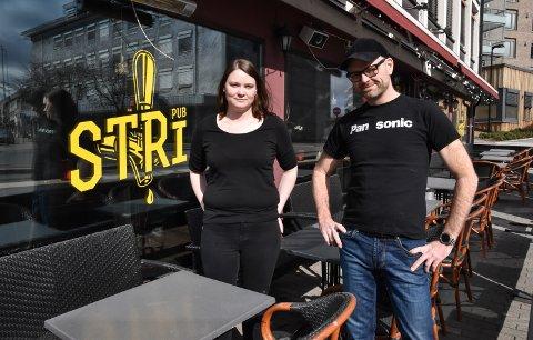 MÅ KLARE SEG SELV: Ina Lauritsen og Frode Wardenær eier og driver Stri Pub i Elverum.