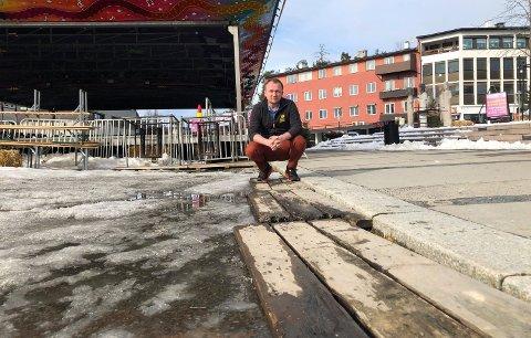SKAL ORDNE OPP: Christian A. Eckbo lover fredag å få på plass en ny rampe på Rådhusplassen.
