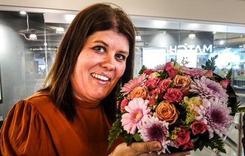 Heidi Kornstad fortsetter sin kamp for grendene, og finansierer nå advokat for å få råd om hvordan bygdefolk kan ta sakene videre. fikk blomster fra Pensjonistpartiet for sitt