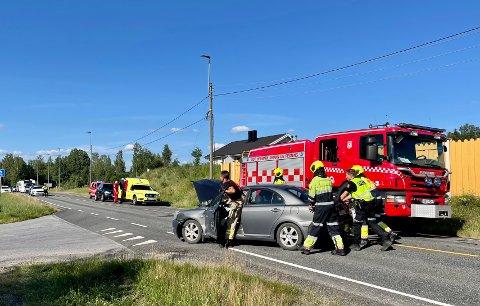 RYDDES: Vegen ryddes etter påkjørselen på RV.2, eller Solørvegen, i Elverum.