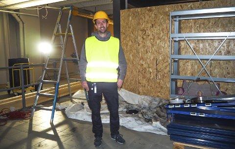 NY-GAMLE LOKALER: Rema 1000-kjøpmann Glenn Hellestrand like ved den nye inngangen til Rema 1000 på Down Town.Foto: Katrine Rohde Johannessen