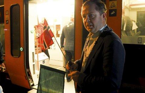 MULIG LØSNING: Ordfører Robin Kåss er fornøyd med at Jernbanedirektoratet ser på løsninger for pendlere fra Larvik. Mandag flagget han av gårde det første toget mot Vestfold-byen.