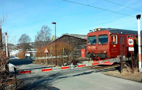 Klageren ber kommunen om å høvle ned asfaltkanter ved jernbaneovergangen på Osebakken.