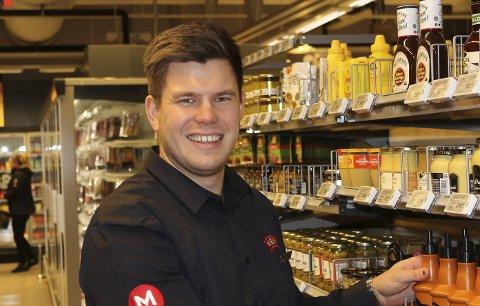 STORTRIVES: Thomas Holmberg stortrives i jobben som butikksjef i Meny på Hovengasenteret.