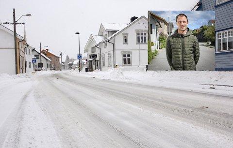 AUTOBAHN: Christer Eriksen opplever at veien han bor ved, Kirkegata, benyttes til kappkjøring til alle døgnets tider. – Hodeløst!