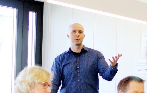 KRAFTIG ØKNING: Leder for NAV Rakkestad, Christian Hjulstad, oppfordrer permitterte som har erfaring eller kompetanse innenfor helsefag, sjåfør, dagligvarebransjen eller næringsmiddelproduksjon om å kontakte vakttelefonen.