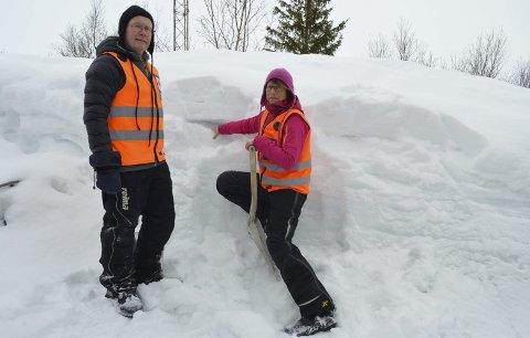 Sjekker snølagene: Leder i Rana Røde Kors, Jan-Vidar Grønnesby og kona Tonny Larsen Grønnesby, viser hvordan de kan sjekke skredfaren ved å studere snøtypen i de ulike lagene.  Foto: Karina Solheim