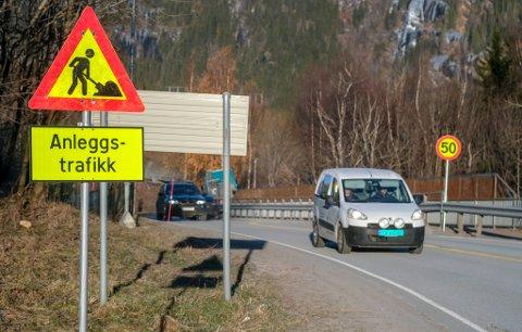 Nedsatt fartsgrense på Mjølan i forbindelse med vegarbeider med den nye rundkjøringen. Hele 70-sona er nedsatt til 50 og 60km/t.