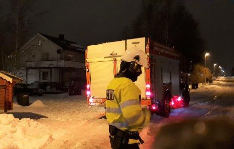 Mens brannvesenet sikret taket på huset i bakgrunnen, hadde politiet stengt veien.