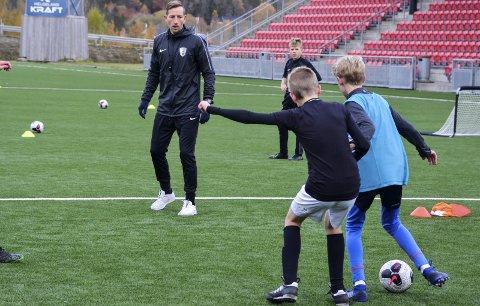 TRENER: Jimmy Fjelldalselv står bak Helgeland Fotballutvikling. Han med flere reagerer på det de mener er ei for defensiv holdning til fotballsatsingen i Rana, når ingen utendørsbaner ser ut til å få oppvarming i vinter.Foto: Trond Isaksen