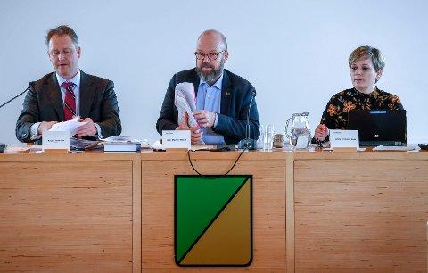 Ordfører Geir Waage (i midten) under kommunestyremøtet 12. februar, med rådmann Robert Pettersen og varaordfører Linda Veronica Eide. Waage avviser at forhandlingsutvalget er en udemokratisk konstruksjon - tvert imot.