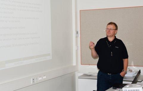 Pedagogisk leder Tommy Hvidsten fra Fagskolen, tok de nye studentene gjennom de ulike modulene de skal igjennom.