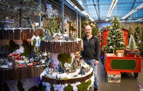 Årets juleby er preget av natur med blant annet mose og greier. - Vi endrer den hvert år, sier Sindre Lønnum fra Hageland på Båsmoen.