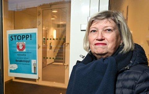 Marit Sviggum, fagsjef avdeling institusjon, er lettet over at det ikke er noen beboere ved Gruben sykehjem som er smittet. Men alle skal testes på nytt fredag, og derfor er det fortsatt besøksforbud.