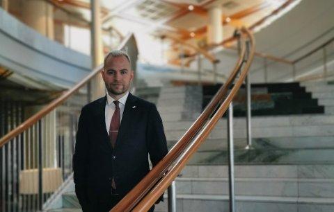 Espen Nordhagen (33) fra Mo i Rana er assisterende direktør ved Radisson Blu Plaza Hotel i Oslo. Det er tøffe tider, men han er optimist på reiselivsnæringen i sør og nord.