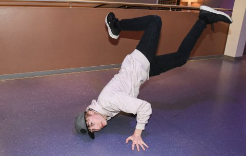"""Breakdancer Lucas Leander Berg Klemetsen er så gira på dansetime at han tar en """"Baby freeze"""" i gangen utenfor dansestudioet."""