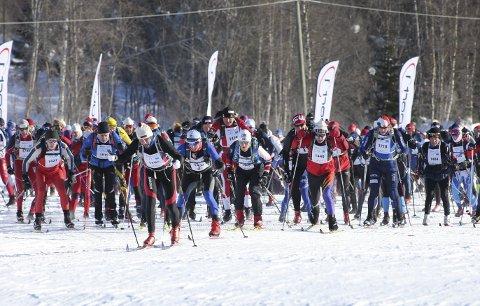 Kald opplevelse: Rundt 8.500 deltakere stilte til start i lørdagens Birkebeinerrenn. Det ble en kald opplevelse. Spesielt for de første som forlot startstreken på Rena. Foto: Geir Olsen, Birken