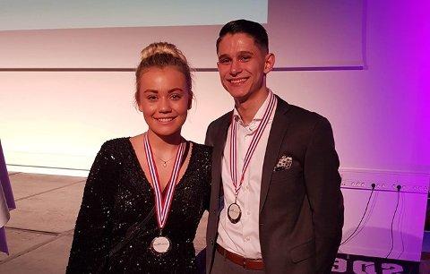 BEVISET: Laget med Simen Johansen (19) fra Nes og Martine Espeland (19) fra Stavanger ble nummer to i en prestisjetung konkurranse for kokkelærlinger i helga. Sølvmedaljen rundt halsen vitner om prestasjonen.