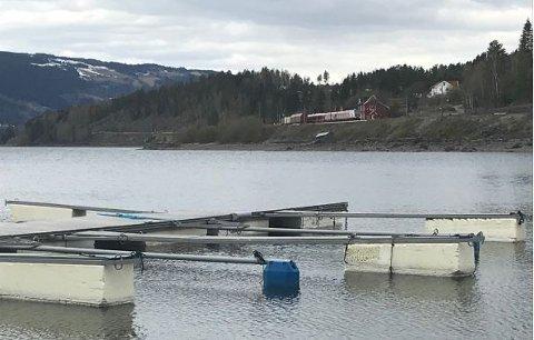 MÅ RYDDE OPP: Ringsaker kommune krever at Kvitsand Hytter og Ole Berg rydder opp isopor som har løsnet fra bryggene.