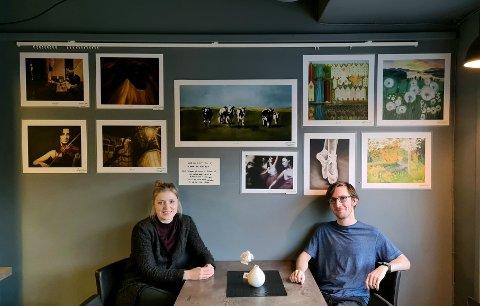 Utstilling: Her sitter Andrea Kramprud Hjelt foran sin utstilling hos Kvil i Passasjen i Moelv. Til høyre sitter Martin Kolloen, driveren av Kvil Kaffebar.