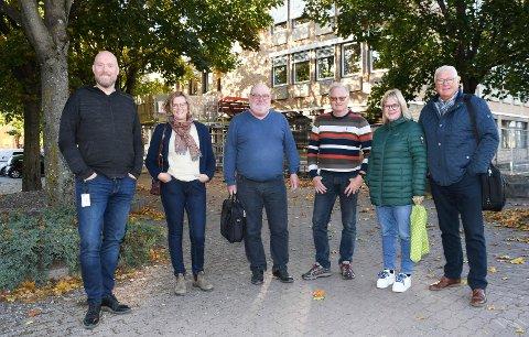 KORT MØTE: Her er Odd-Amund Lundberg (Sp) (f.v.), Marte Røhnebæk (Sp), Willy Kroken (Ap), Arne Ingvar Dobloug (Sp), Siv Mali Høyby (Ap) og Jan Torkehagen (Ap) fotografert rett før møtet tok til torsdag klokken 17.00. Noen minutter senere var det hele over.