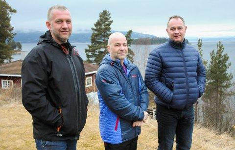 """Ikke traumatisert: Utstrandabeboerne Stian Frogh (f.v.), Paal Adam og Even Frogh er lei av å bli favnet inn i """"alles"""" mening rundt et minnesmerke ved Utøya. - Vi er ikke tramumatisert, sier de."""