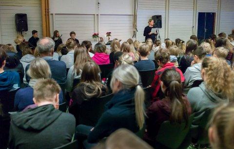 SAMLING: Rektor Linn S. Forbord ledet minnestunden fredag.