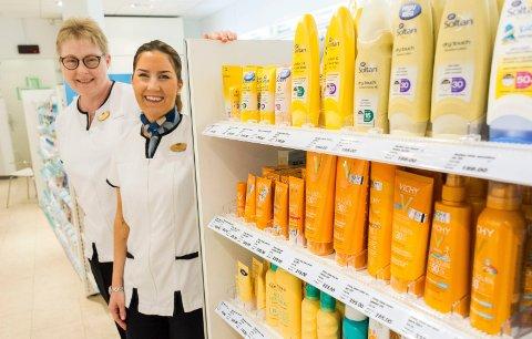 Karoline Langslet Magnussen og Runa Vangli på Boots apotek på Kuben anbefaler å bruke solkrem med høy faktor om du skal ut i påskesola.