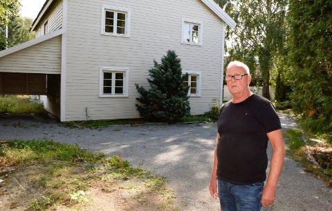 LUKT: Tore Ellingsen (Sp) mener at lukt er årsaken til at dette huset ble solgt flere hundre tusen kroner under prisantydning.