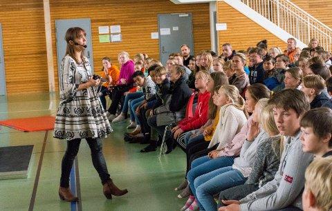 ENGASJERTE ELEVER: Elevene på Tyristrand fikk med seg det Bodil Jenssen Houg hadde å si om mobbing.